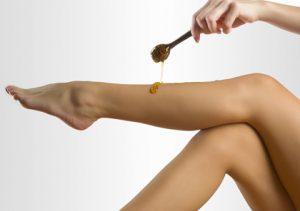 Sugaring mit der Zuckerpaste zur temporären Haarentfernung mit Enzymen.