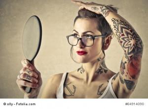 Oberkörper mit Tattoos am Rumpf